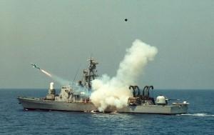 """אח""""י רשף יורה טיל גבריאל תוך כדי נשיאת מנוף כנפיים. בתצורה בה השתתפה בקרב דמיאט"""