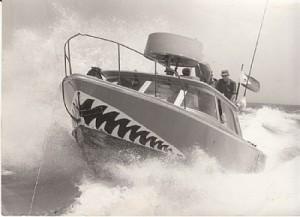 ספינת ברטרם גולשת על הגלים