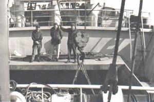 מטען כבד יורד למחסן האנייה