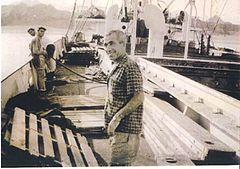 """אברהם בוצר """"צ'טה"""" על האנייה עמליה בנמל אילת"""