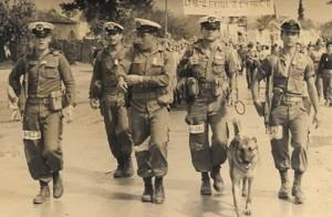 סנוקי מוביל קבוצת חיל הים בצעדת ארבעת הימים 1958