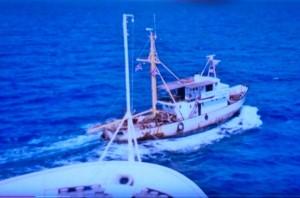 ספינת הדיג ניצן לפני חרטום המעוז בכניסה לנמל
