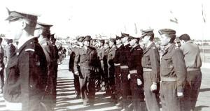 """הרמטכ""""ל משה דיין סוקר את מסיימי קורס הקצינים הבסיסי 10 בינואר 1957"""