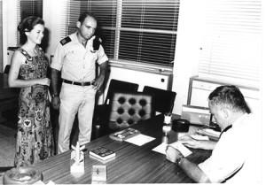 """קבלת דרגת רס""""ן ממפקד חיל הים ביני תלם 3 באוקטובר 1973"""