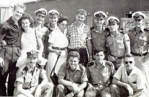 חלק ממסיימי הקורס עם אלחנן התרסי במרכז ויורם בר ים משמאל היוצאים לצוללות 1958