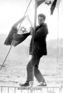 """רס""""ן אבי רייטן מוריד את דגל חיל הים בעדביה הנטושה ינואר 1974"""