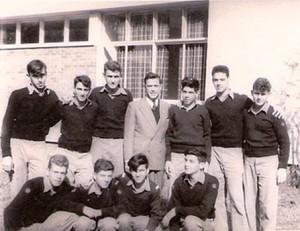 רב חובל קלמפרר עם מחזור גימל מגמת שיט בית הספר לקציני ים 1958. צבי מריאנסקי שני משמאל בשורת היושבים.