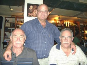 חיים גבע מימין יצחק שמיר משמאל ושומר עליהם צ'רלי נחשון 2008
