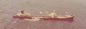 המיכלית סיריס במהלך טביעתה 26 באוקטובר 1973