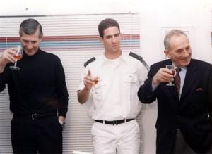 שלמה ואהוד אראל לאחר טקס סיום חובלים של הנכד יאיר אראל, 1988.