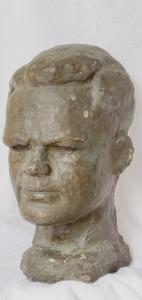 יהודה קלאוז בפסל של נתן רפפורט במסגרת סדרת פסלי השואה והנוקמים.