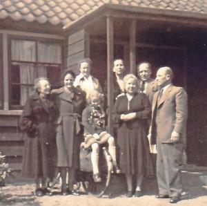 קורט פרץ ואלזה מימין עם משפחה בגרמניה 1947