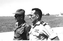 """אלוף שלמה אראל עם סא""""ל דב שפיר יבל""""א בחוף תעלת סואץ 1967."""