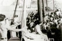 אורכידאה עמוסת מעפילים מעבירה דלק לאלבטרוס ליד האי קורפו