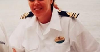עדי לנדסמן - אלעזרי בטהיטי, באופק האנייה עליה שרתה Voyager of The Seas הגדולה בעולם באותה עת 2000