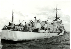 גוררת של נמל חיפה מכניסה את איברהים אל אואל שנכנעה לנמל חיפה  31 באוקטובר 1956