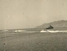 """מפגן חיל הים לכבוד יום העצמאות בפרץ אילת. הצילום מגשר אח""""י מזנק שלושת הטרפדות מתמרנות סביב אח""""י מבטח"""