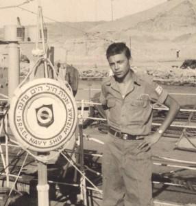 """תמונת פרידה של סמ""""ר עמוס בן אריה מאח""""י מזנק (ק-32) אוקטובר 1957."""