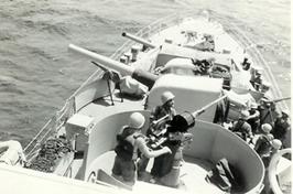 """עמדות קרב באח""""י מזנק בעת השייט בים סוף   מול חוף מצריים  24 בדצמבר 1956."""