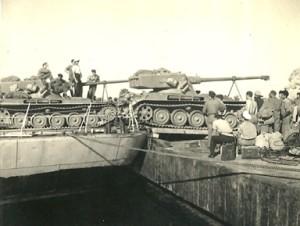 העמסת טנקים AMX13 על ירכתי הפריגטה