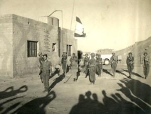 הורדת הדגל מתורן המפקדה בשארם א-שייח' ביום הפינוי 8 במרץ 1957.