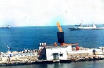 טקס חנוכת האנדרטה לחללי המשחתת אילת מהאמן יגאל תומרקין על שובר הגלים בנמל חיפה, אפריל 1994.