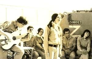 """להקת חיל הים עם הזמרת חיה בהופעה בפני חיילי צה""""ל בסיני 1972"""