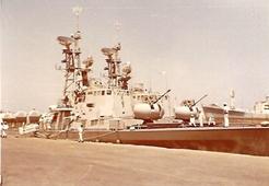 הספינות קשורות אחת לשניה קוממיות לרציף ומולדת חיצונית.