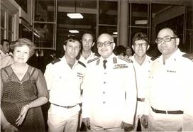 """מפקד הצי המצרי עם קציני הספינות. מימין לשמאל: רס""""ן, ד""""ר רן לין, מפקד המצרי, אריה אורן, אלי רגב וגב' מפקד הצי."""