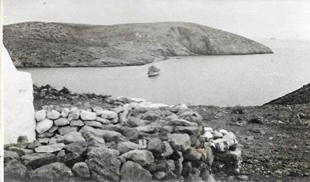 """אח""""י אילת (א-16) עוגנת במפרץ באי סירינה."""