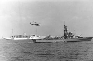 """נשיא מצרים סאדאת ביאכטה הנשיאותית המצרית 'אל-חוריה' במלווית על ידי אח""""י תרשיש בכניסה לנמל חיפה, ספטמבר 1979."""