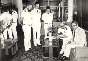 """מפקד חיל הים המצרי, פריק בחרי מוחמד עלי מוחמד אמין, חותם בספרי האורחים של הספינות אח""""י מולדת ואח""""י קוממיות, מאי 1980."""