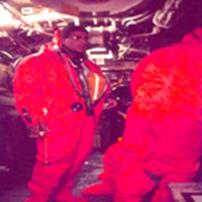 יוני ורט בחליפת היחלצות בצוללת לפני התרגול.