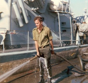 אודי רוט שוטף את הרציף לפני הספינה.