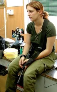 """רותם סלומון משגיחה במרפאת בה""""ד חיל הים 2002"""