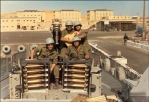 """צוות תותח 40 מ""""מ על חרטום הספינה במעגן שארם א-שייח'"""