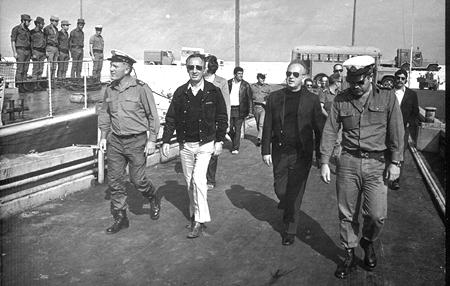 אלי רהב מקבל את ראש הממשלה יצחק רבין שר הביטחון שמעון פרס ומפקד חיל הים בביקור עבודה בספינות הטילים.