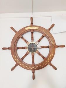 מתנת פרידה מסורתית למפקדי שייטת. הגה ספינה עם סמלי ספינות הסער ושלטים שמות המבצעים