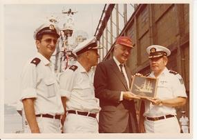 מזכיר הצי של ארצות הברית מכבד את מפקדי ספינות הסער על השתתפותנו בחגיגות ה-200 שנה לארצות הברית יולי 1976