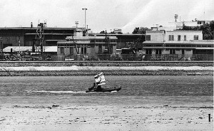 יעקב כהנוב ואברהם יסעור מפגינים בסירת גומי עם דגל ישראל בתעלת סואץ 14 ביולי 1967