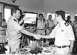 סרן איתן לביא מקבל פרס קצין מצטיין ממפקד השייטת, 1975