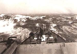 """הים הקשה בעת חיפושי הדקר. צילום מגשר המשחתת אח""""י יפו"""