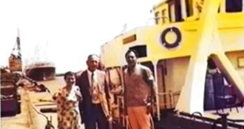 """מפקד חיל הים בנימין תלם ואשתו עם מפקד ההפלגה סא""""ל יוחנן יוסף ליד הנחתת פ-65 בקייפטאון 1974"""
