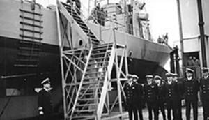 """משה טבק, צבי גבעתי וסגל הקצינים של אח""""י מזנק בהשקת אח""""י אילת (סער 2) בשרבורג, 29 בפברואר 1968."""