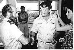 """אלי מרק מקבל דגרת סא""""ל מאלוף יומי ברקאי 1977"""