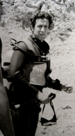 """ד""""ר יהודה מלמד לפני צלילה בשנת 1975"""