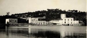 המדרשה במפרץ באקולי (המבנה המרכזי) מימנה יצאו המעפילים להפלגה.