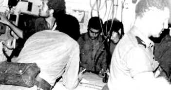 """משה אורון (מימין) במי""""ק אח""""י חץ בתקופת מלחמת יום הכיפורים"""