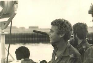 מנחם רזניק בגשר הדבור בכניסה לנמל עדביה 24 באוקטובר 1973.