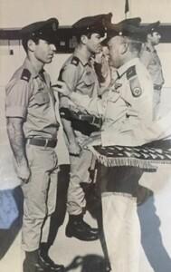 רן שדה מקבל כנפי טיס ממפקד חיל האוויר  דוד עברי